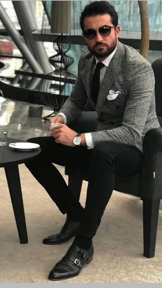 Cómo combinar: blazer cruzado de tartán gris, camisa de vestir blanca, pantalón chino negro, zapatos con doble hebilla de cuero negros
