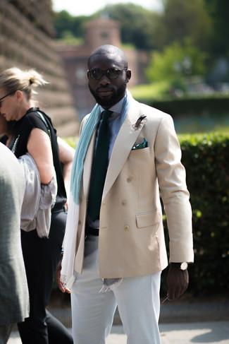 Cómo combinar: blazer cruzado en beige, camisa de vestir de cuadro vichy en blanco y azul marino, pantalón chino blanco, corbata verde oscuro