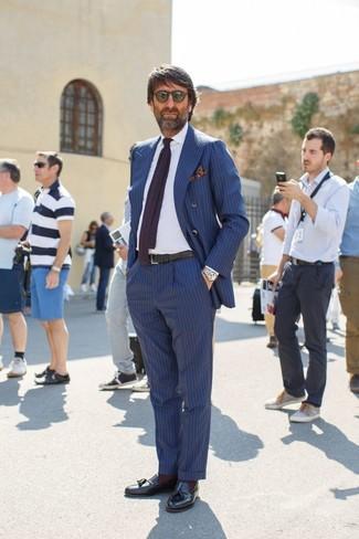 Cómo combinar: blazer cruzado de rayas verticales azul, camisa de vestir blanca, pantalón de vestir de rayas verticales azul, mocasín con borlas de cuero negro