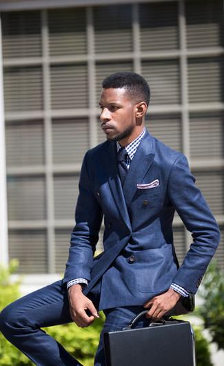 Cómo combinar: blazer cruzado azul, camisa de vestir de cuadro vichy en blanco y azul, pantalón de vestir azul, portafolio de cuero negro