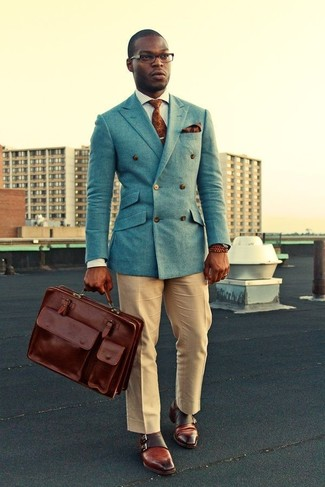 Cómo combinar: blazer cruzado celeste, camisa de vestir de rayas verticales gris, pantalón de vestir marrón claro, zapatos con doble hebilla de cuero marrónes