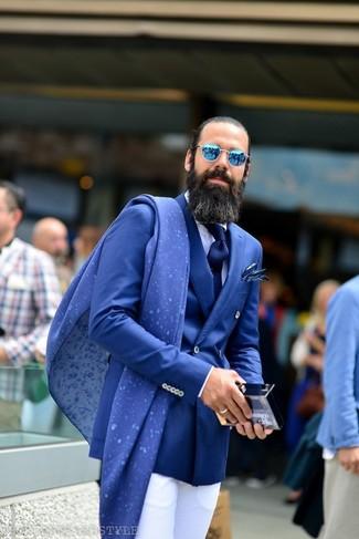 Cómo combinar: blazer cruzado azul, camisa de vestir blanca, pantalón de vestir blanco, corbata azul marino