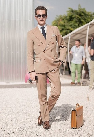 Cómo combinar: blazer cruzado marrón claro, camisa de vestir blanca, pantalón de vestir marrón claro, mocasín con borlas de cuero marrón