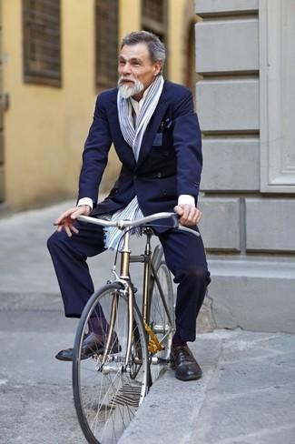 Cómo combinar: blazer cruzado azul marino, camisa de vestir blanca, pantalón de vestir azul marino, zapatos brogue de cuero negros