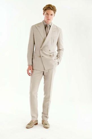 Cómo combinar: blazer cruzado en beige, camisa de vestir en beige, pantalón de vestir en beige, mocasín con borlas de ante en beige