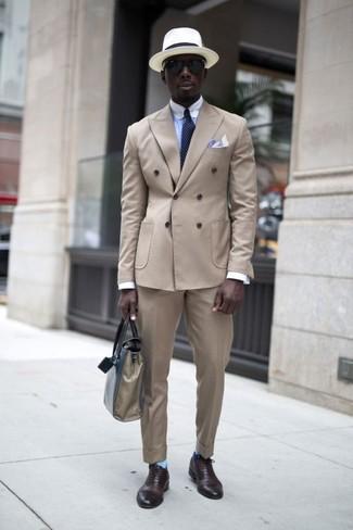 Cómo combinar: blazer cruzado en beige, camisa de vestir celeste, pantalón de vestir en beige, zapatos oxford de cuero en marrón oscuro