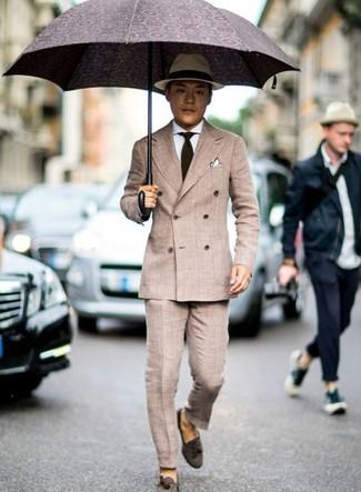 Cómo combinar: blazer cruzado en beige, camisa de vestir blanca, pantalón de vestir en beige, mocasín con borlas de ante en marrón oscuro