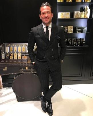 Cómo combinar: blazer cruzado de rayas verticales negro, camisa de vestir blanca, pantalón de vestir de rayas verticales negro, zapatos con hebilla de cuero negros
