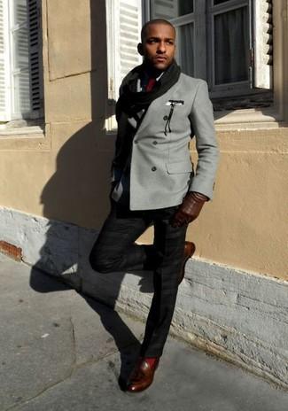 Cómo combinar: blazer cruzado gris, camisa de vestir negra, pantalón de vestir negro, mocasín con borlas de cuero en marrón oscuro