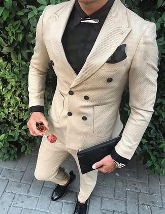 Cómo combinar: blazer cruzado en beige, camisa de vestir negra, pantalón de vestir en beige, zapatos derby de cuero negros