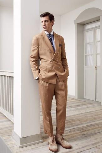 Cómo combinar: blazer cruzado marrón claro, camisa de vestir celeste, pantalón de vestir marrón claro, botas brogue de ante marrón claro