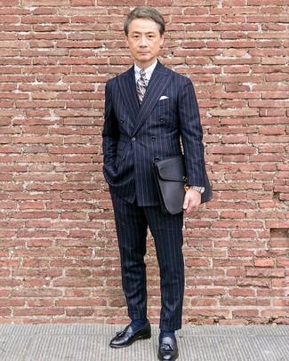 Cómo combinar: blazer cruzado de rayas verticales azul marino, camisa de vestir blanca, pantalón de vestir de rayas verticales azul marino, mocasín con borlas de cuero negro