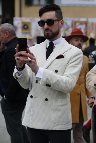Cómo combinar: blazer cruzado de pana blanco, camisa de vestir blanca, pantalón de vestir de lana negro, corbata negra
