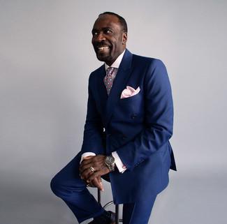 Cómo combinar: blazer cruzado azul marino, camisa de vestir a cuadros rosada, pantalón de vestir azul marino, zapatos brogue de cuero negros