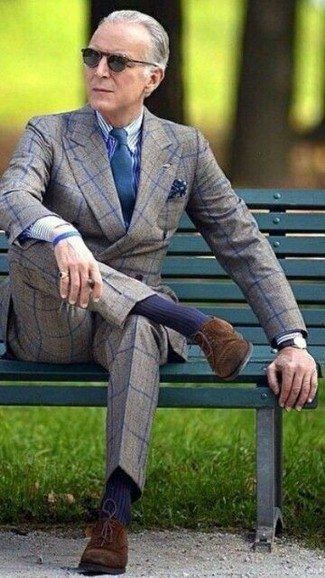 Cómo combinar: blazer cruzado de lana a cuadros gris, camisa de vestir de rayas verticales en blanco y azul marino, pantalón de vestir de lana a cuadros gris, zapatos derby de ante en marrón oscuro
