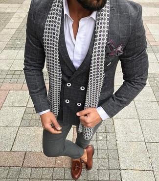 Cómo combinar: blazer cruzado a cuadros en gris oscuro, camisa de vestir blanca, pantalón de vestir en gris oscuro, mocasín con borlas de cuero marrón