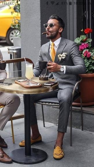Cómo combinar: blazer cruzado de rayas verticales gris, camisa de vestir blanca, pantalón de vestir de rayas verticales gris, mocasín de ante amarillo