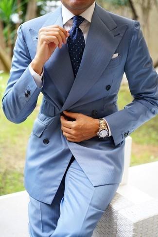 Cómo combinar: blazer cruzado celeste, camisa de vestir blanca, pantalón de vestir celeste, corbata a lunares azul marino