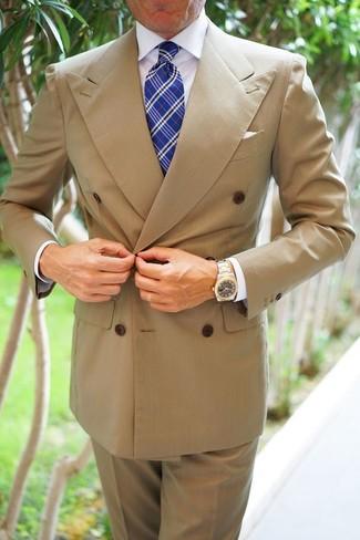 Cómo combinar: blazer cruzado marrón claro, camisa de vestir blanca, pantalón de vestir marrón claro, corbata de tartán azul