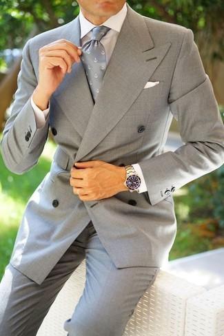 Cómo combinar: blazer cruzado gris, camisa de vestir blanca, pantalón de vestir gris, corbata estampada gris