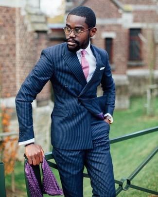 Cómo combinar: blazer cruzado de rayas verticales azul marino, camisa de vestir blanca, pantalón de vestir de rayas verticales azul marino, corbata rosada