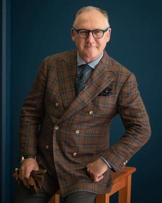 Cómo combinar: blazer cruzado de lana a cuadros marrón, camisa de vestir de cuadro vichy azul, pantalón de vestir en gris oscuro, corbata estampada verde oscuro