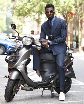Cómo combinar: blazer cruzado en gris oscuro, camisa de vestir celeste, pantalón de vestir en gris oscuro, tenis blancos