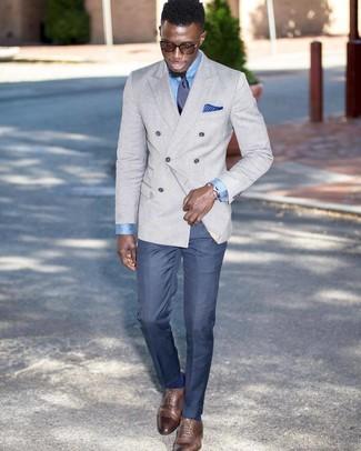 Cómo combinar: blazer cruzado gris, camisa de vestir celeste, pantalón de vestir azul, zapatos oxford de cuero marrónes