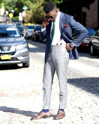 Cómo combinar: blazer cruzado azul, camisa de vestir blanca, pantalón de vestir de tartán gris, zapatos oxford de cuero marrónes