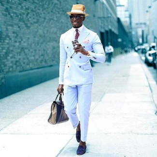 Cómo combinar: blazer cruzado celeste, camisa de vestir blanca, pantalón de vestir celeste, mocasín con borlas de ante azul