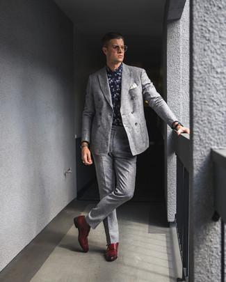 Cómo combinar: blazer cruzado de lana gris, camisa de vestir con print de flores en azul marino y blanco, pantalón de vestir de lana gris, zapatos con doble hebilla de cuero rojos