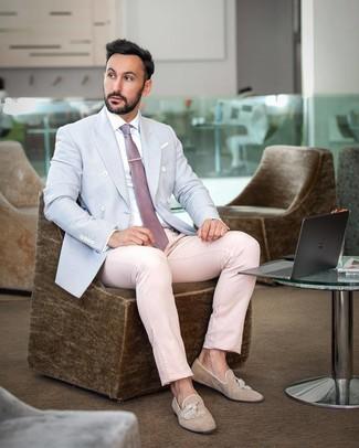 Cómo combinar: blazer cruzado celeste, camisa de vestir blanca, pantalón de vestir rosado, mocasín con borlas de ante marrón claro