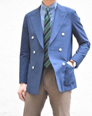 Cómo combinar: blazer cruzado azul, camisa de vestir azul, pantalón de vestir marrón, corbata de rayas horizontales en azul marino y verde