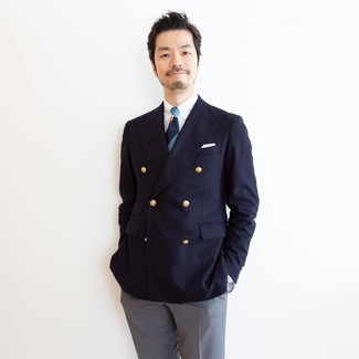 Cómo combinar: blazer cruzado azul marino, camisa de vestir blanca, pantalón de vestir gris, corbata de rayas horizontales azul marino
