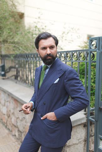 Cómo combinar: blazer cruzado de seersucker azul marino, camisa de vestir de rayas verticales celeste, pantalón de vestir de seersucker azul marino, corbata de punto verde
