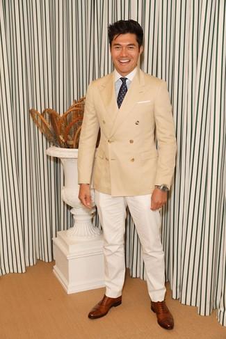 Cómo combinar: blazer cruzado marrón claro, camisa de vestir de rayas verticales en blanco y azul, pantalón de vestir blanco, zapatos oxford de cuero marrónes