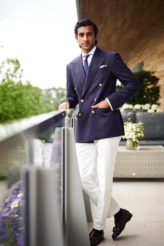 Cómo combinar: blazer cruzado azul marino, camisa de vestir blanca, pantalón de vestir blanco, mocasín con borlas de cuero negro