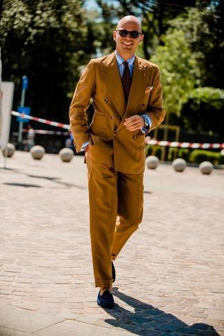 Cómo combinar: blazer cruzado en tabaco, camisa de vestir de rayas verticales en blanco y azul, pantalón de vestir en tabaco, mocasín con borlas de ante azul marino