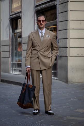 Cómo combinar: blazer cruzado marrón, camisa de vestir blanca, pantalón de vestir marrón, mocasín con borlas de cuero en blanco y negro