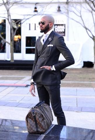 Cómo combinar: blazer cruzado en gris oscuro, camisa de vestir blanca, pantalón de vestir en gris oscuro, bolsa de viaje de cuero estampada en marrón oscuro