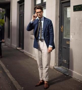Cómo combinar: blazer cruzado azul marino, camisa de vestir de rayas verticales celeste, pantalón de vestir de lino en beige, mocasín de cuero marrón