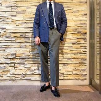 Cómo combinar: blazer cruzado azul marino, camisa de vestir blanca, pantalón de vestir gris, mocasín con borlas de cuero negro