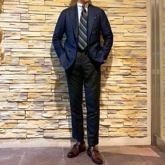 Cómo combinar: blazer cruzado azul marino, camisa de vestir blanca, pantalón de vestir negro, zapatos con hebilla de cuero marrónes