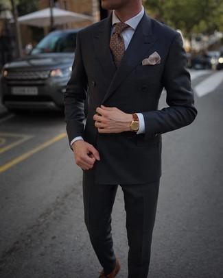 Cómo combinar: blazer cruzado en gris oscuro, camisa de vestir blanca, pantalón de vestir en gris oscuro, zapatos oxford de cuero marrónes