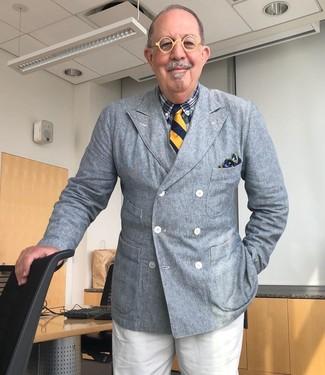 Cómo combinar: blazer cruzado gris, camisa de vestir de tartán azul marino, pantalón de vestir blanco, corbata de rayas verticales azul marino