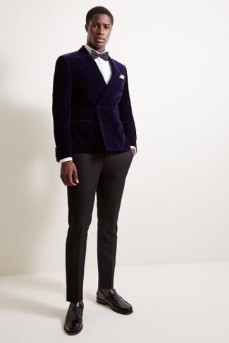 Cómo combinar: blazer cruzado de terciopelo azul marino, camisa de vestir blanca, pantalón de vestir negro, mocasín de cuero negro