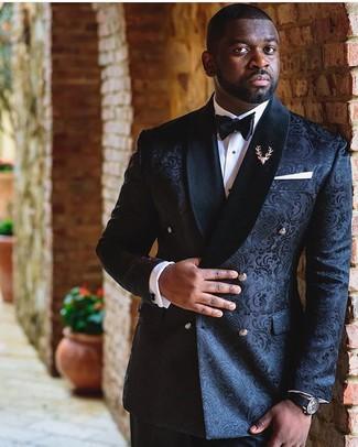 Cómo combinar: blazer cruzado de brocado negro, camisa de vestir blanca, pantalón de vestir negro, corbatín negro