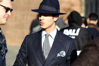 Cómo combinar: blazer cruzado de rayas verticales azul marino, camisa de vestir celeste, sombrero de lana azul marino, corbata de punto gris