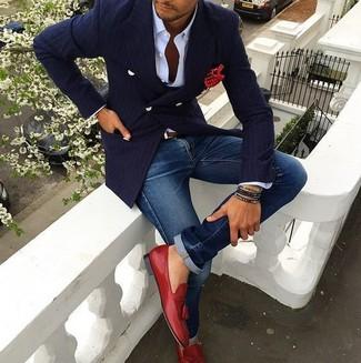 Cómo combinar: blazer cruzado de rayas verticales azul marino, camisa de vestir blanca, vaqueros azules, mocasín con borlas de cuero rojo