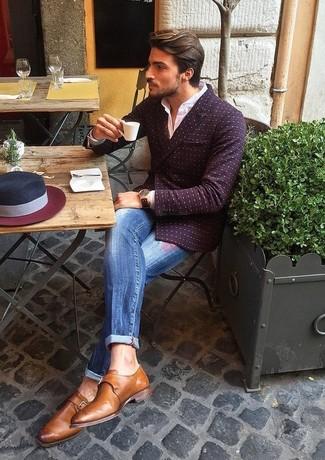 Cómo combinar: blazer cruzado a lunares burdeos, camisa de vestir blanca, vaqueros desgastados azules, zapatos con hebilla de cuero marrónes